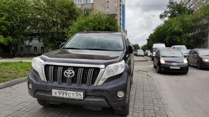«Я паркуюсь как чудак»: Land Cruiser Prado 999 — завидуйте молча, мне всё можно