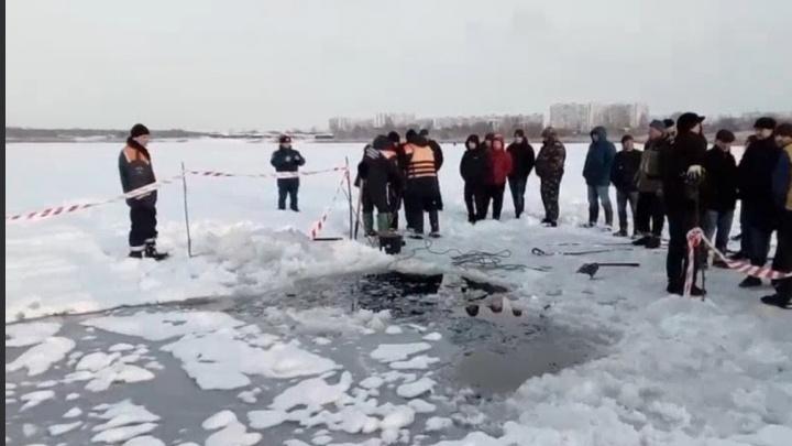 Пытался спастись: к утонувшему вместе с водителем КАМАЗу спустились водолазы
