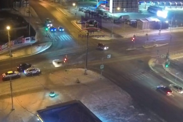 Автомобиль развернуло после столкновения на перекрестке