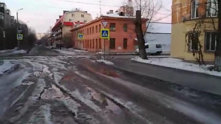 «Машины оставляют бампера»: улицу в Челябинске затопили коммунальные реки