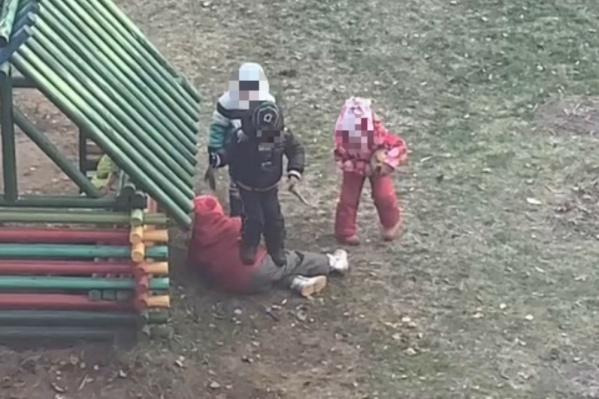 Детскую драку снял на видео житель соседнего с садиком дома
