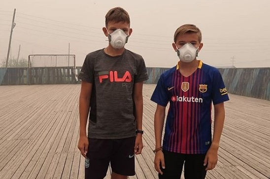 Мальчишки в масках от дыма на улицах Байкита