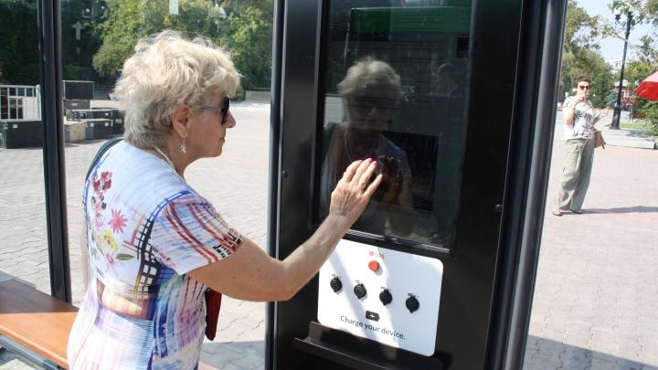 В Екатеринбурге появились остановки, которые следят за автобусами и заряжают мобильники