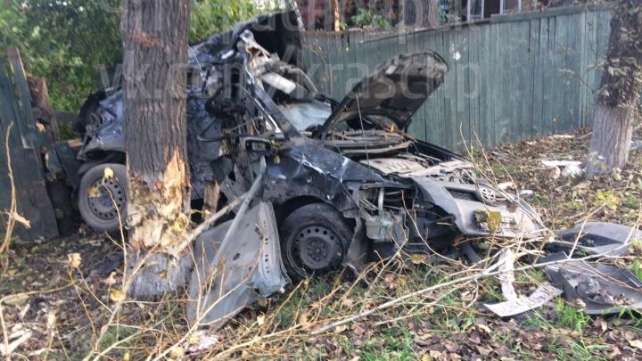 Водитель въехал в дерево на Свердловской и погиб в страшной аварии