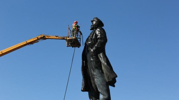 В центре Красноярска помыли и отполировали памятник Ленину