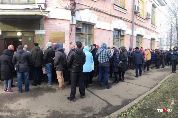 На улице стоят больше 160 человек