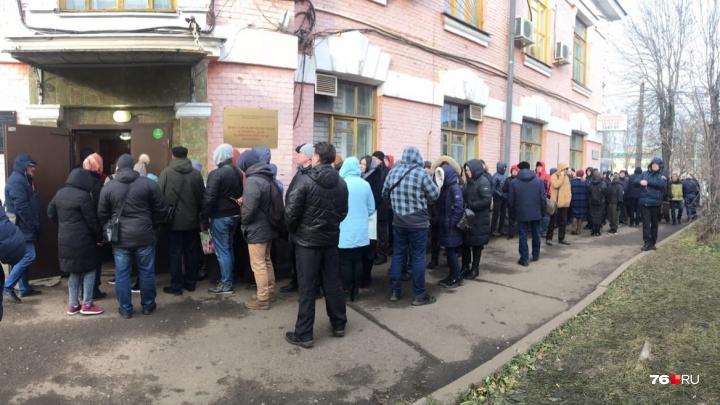 Продают места за 500 рублей: что творится в гигантской очереди в наркологичку в Ярославле