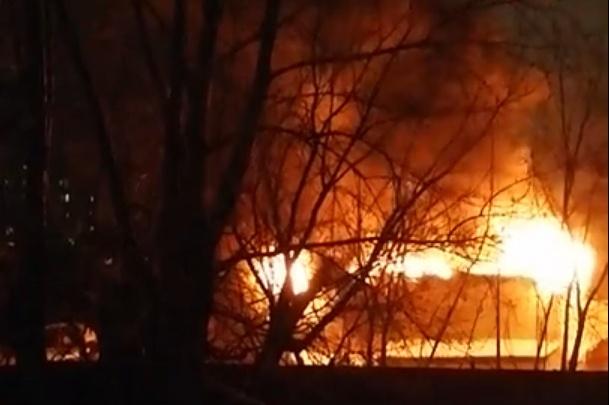 Более 30 пожарных тушили СТО на Одесской