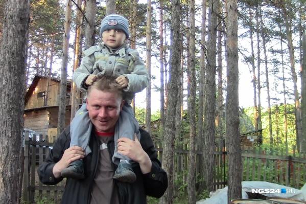 Маленький Гриша с папой в лесу на прогулке