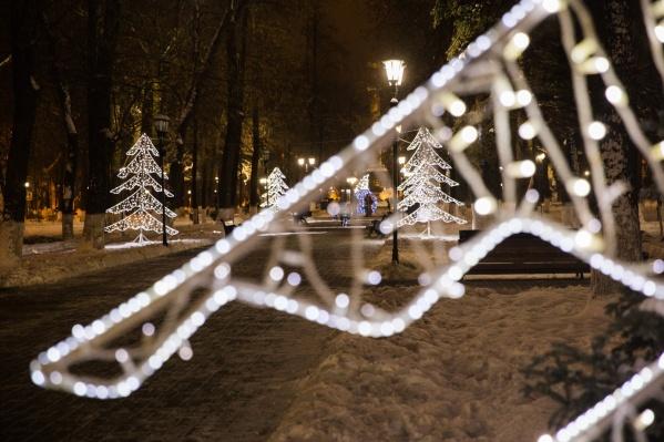 Блестящие ёлочки снова будут стоять в Демидовском сквере