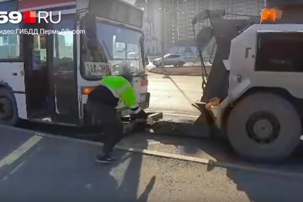 Автобус отвезли на стоянку, а водителя — в полицию