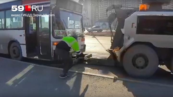 В Перми задержали водителя автобуса нелегального маршрута, который ездил без прав