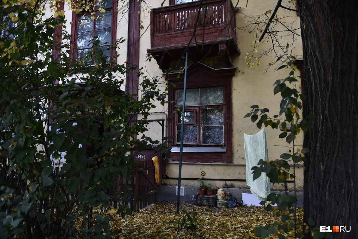 Под окнами люди сушат белье и разбивают палисадники