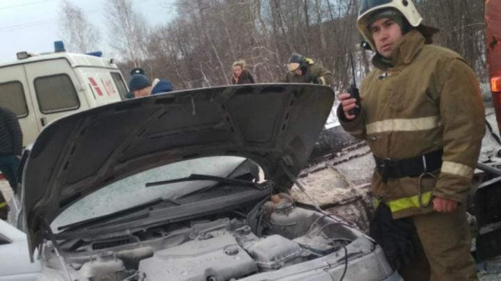 Водителя зажало в горящем авто: в Рыбинске «десятка» влетела в снегоуборочную машину