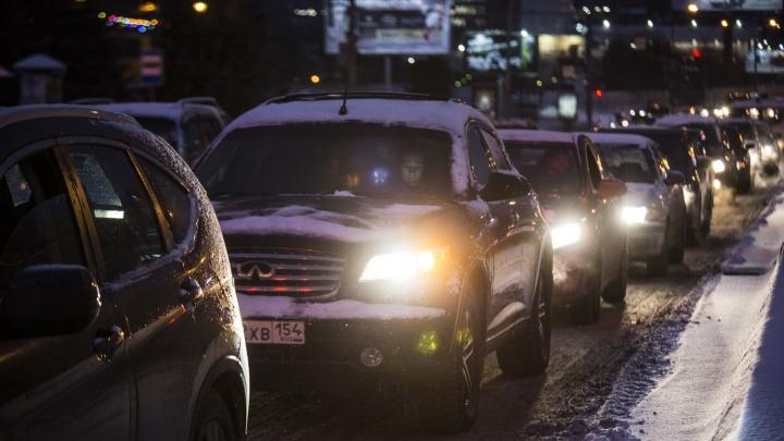 Новосибирцы опаздывают на работу из-за длинной пробки на Большевистской