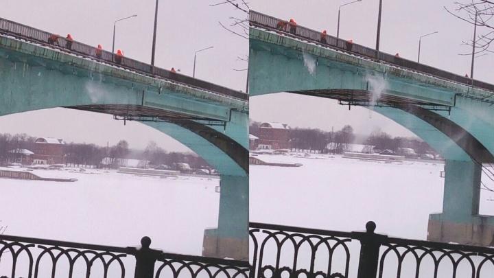 В Ярославле снег с дорог сбросили в Волгу