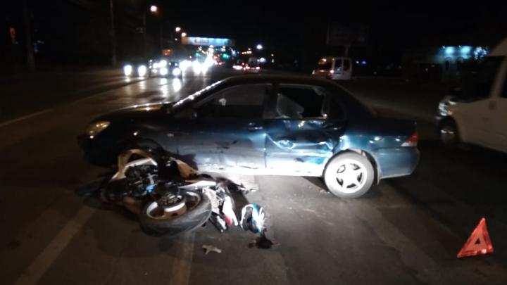 «Водитель разворачивался через две сплошные»: волгоградцы рассказали подробности ДТП с байкером