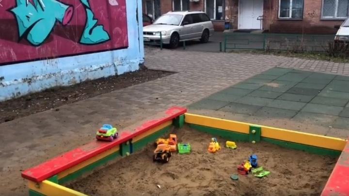 Детская площадка возле поликлиники в центре оказалась завалена бычками