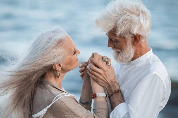 Пожилые модели из агентства омского фотографа изобразили любовь и вызвали восторг в соцсетях