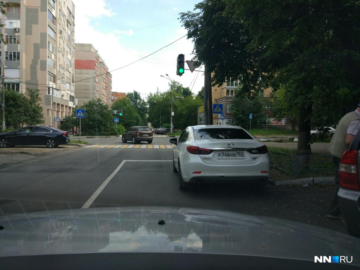 На пересечении Ижорской и Республиканской замечена Mazda, припарковавшаяся с нарушением ПДД