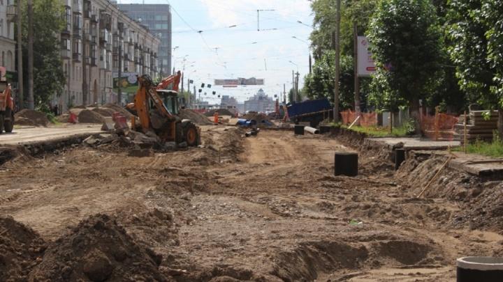 «Начали укладывать рельсы и шпалы»: рассказываем, как идет реконструкция улицы Уральской