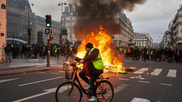«Закрыты музеи и магазины, метро работает с перебоями»: как Париж бунтует против роста цен на бензин