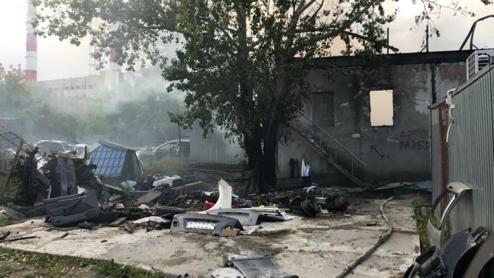 Во время пожара на СТО на Дамбовской прогремел взрыв