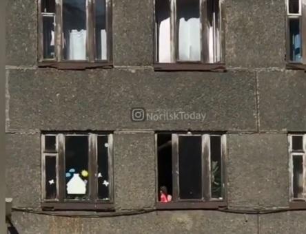 Дети в садике устроили игры на подоконнике у распахнутого настежь окна и напугали очевидцев