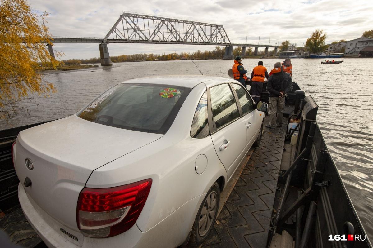 Сотрудники МЧС эвакуировали уже более 100 автомобилей