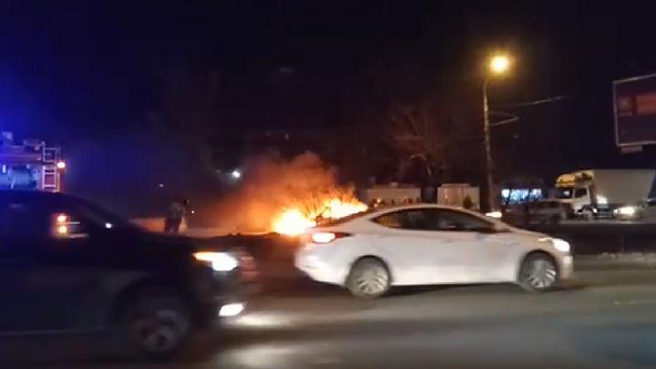 В Ростове на проспекте 40-летия Победы водителю пришлось выпрыгивать из загоревшейся на ходу машины