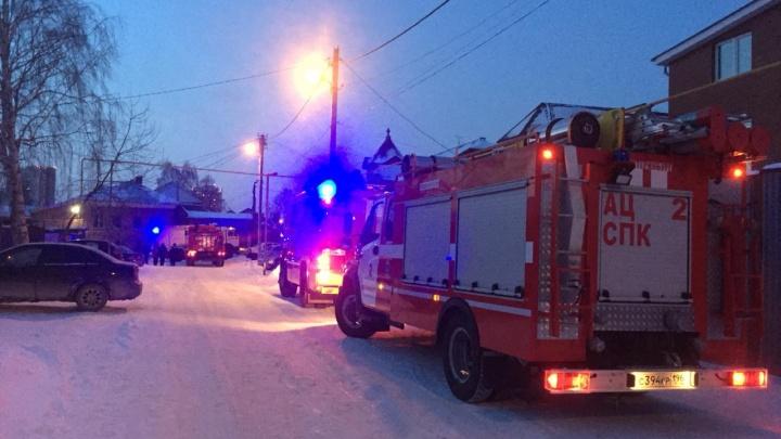 Во время пожара в Екатеринбурге очевидец разбил окно и вытащил из горящего дома троих детей