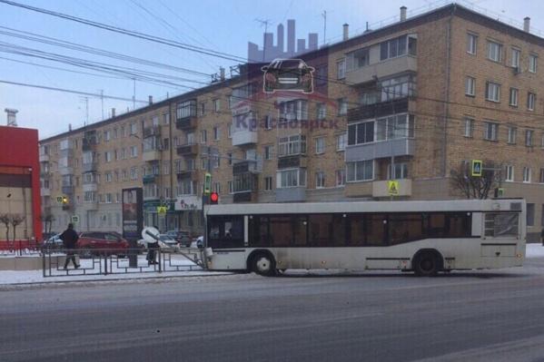 Автобус развернуло поперёк дороги