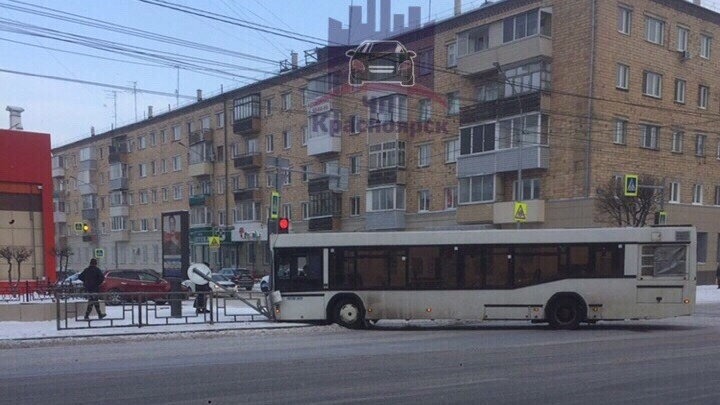Автобус развернуло поперёк дороги после дерзкого маневра BMW