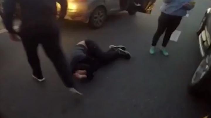 Били ногами по головам: на Урале футбольные фанаты устроили жестокую драку на трассе