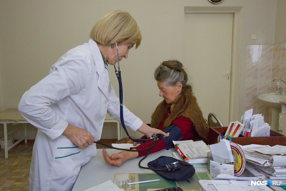 Вакцины ставят в специальных кабинетах поликлиник — а чтобы сделать прививку, нужно сначала посетить терапевта
