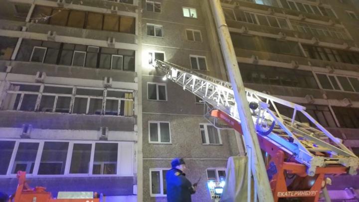 В девятиэтажке в Заречном сгорела квартира, из-за пожара прорвало трубу с горячей водой