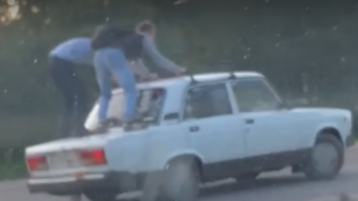 Гаишники наказали экстремальных гонщиков, катавшихся верхом на легковушке в Ярославской области