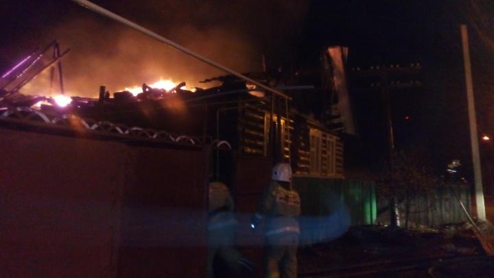 Огонь угрожал соседям: в поселке Увал ночью сгорел жилой дом