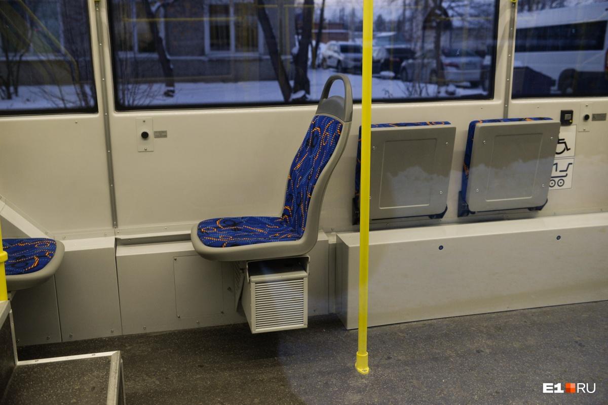 По сравнению с массивными сиденьями в старых Tatra кресла в 71–407 выглядят довольнохрупкими. Зато есть отдельные места для инвалидов