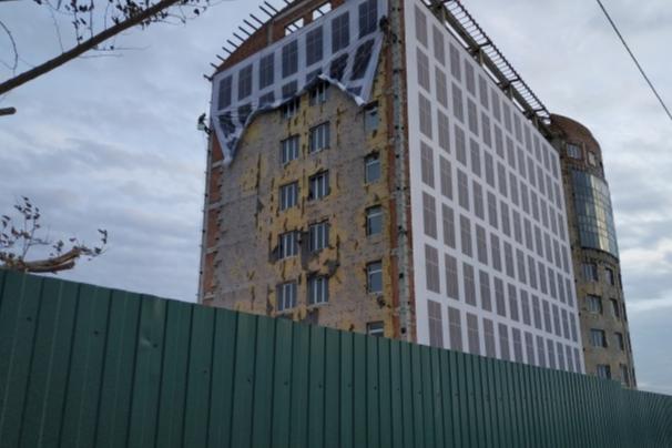 Возле недостроенного отеля Hilton на Мира сделают многоуровневую парковку и пешеходный переход