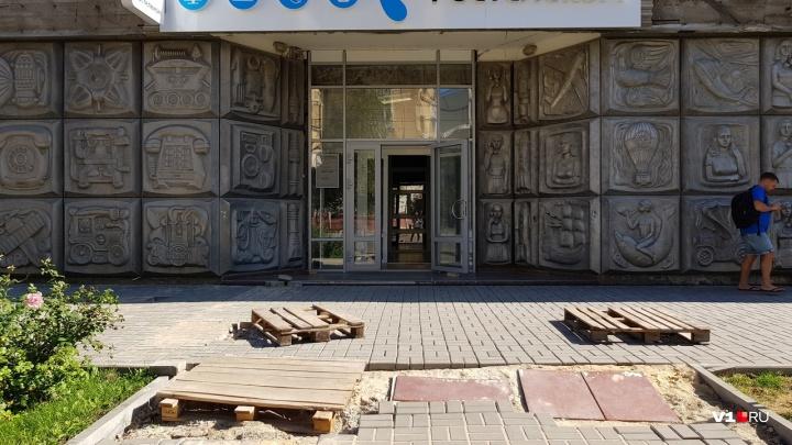 «Этот город ничего не спасёт»: волгоградцы бьют тревогу о снятии уникальной чеканки на улице Мира