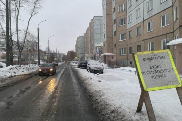Водителей просят убрать машины с обочин, чтобы они не мешали расчистке снега