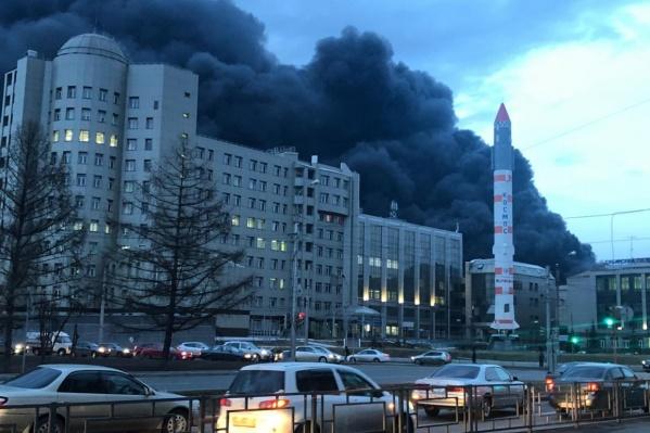 Столб дыма от пожара был заметен во всех районах города