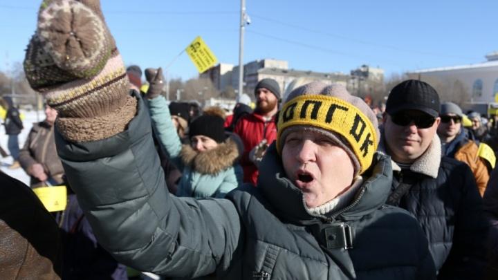 Не сожгли, но отшлёпали: в Челябинске на митинге «Стоп ГОКа» выбили ложь из политика
