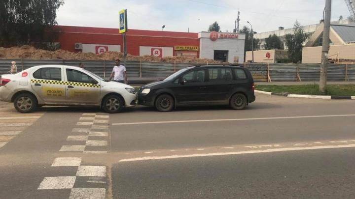 Ехал по встречке и сигналил: таксист влетел в ярославца и скрылся с места ДТП