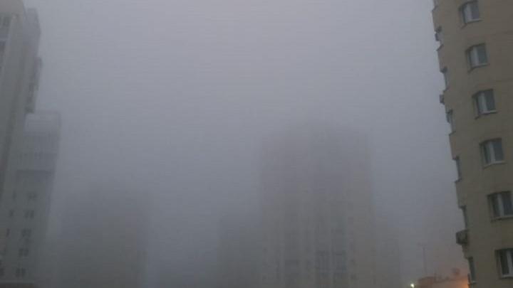 Екатеринбург накрыло сильным туманом, дорожники выпустили предупреждение
