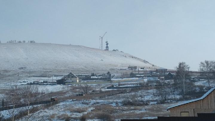 Гигантский крест стали поднимать над Красноярском