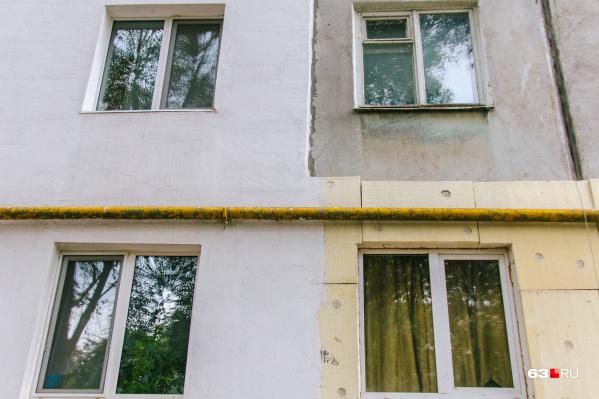 Работник утеплял фасад одного из жилых домов