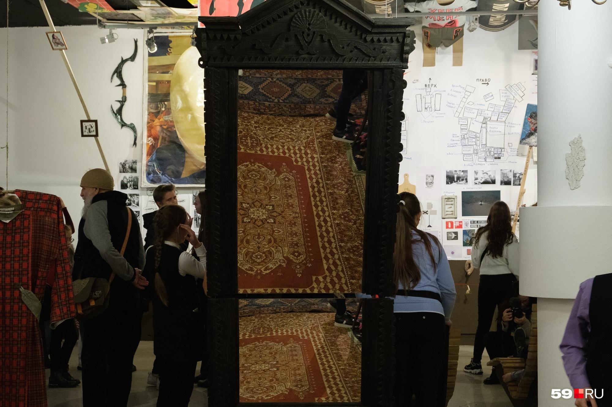 Еще один экспонат — старинное зеркало. Отражение в нем тоже важно