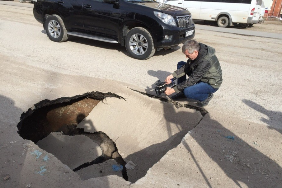 Со слов очевидцев, глубина провала — около метра